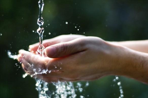 Mani sotto l'acqua