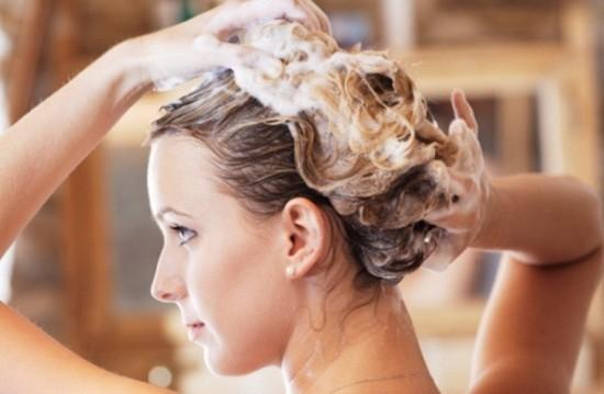 Shampoo e massaggio per capelli sani