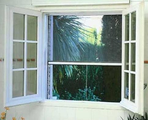 Zanzariera a scorrimento verticale per finestra