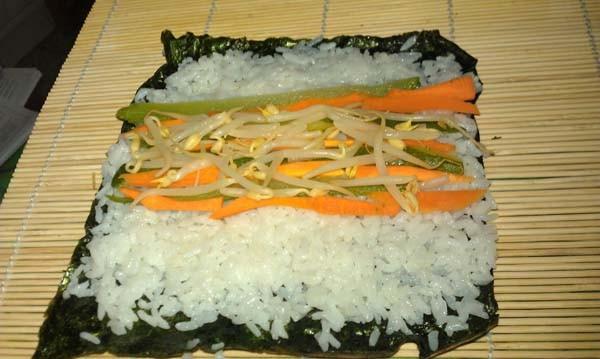 Sushi vegetariano durante la preparazione