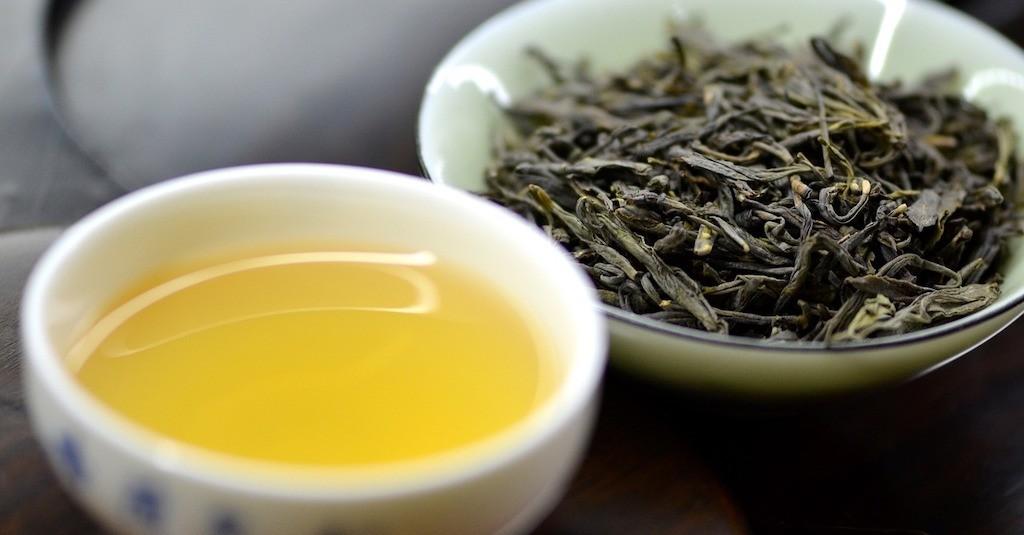Tè giallo infuso foglie