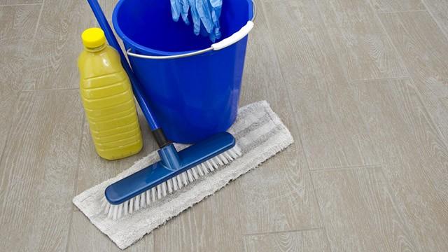 Come pulire il gres porcellanato rimuovendo le macchie con