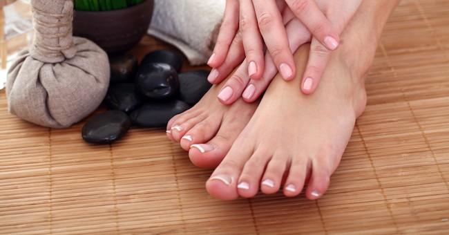 Il trattamento di un fungo di unghie su gente di mani rimedia al più efficace