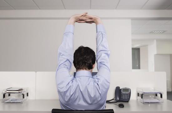 Uomo fa stretching in ufficio