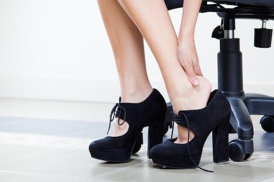 Donna con dolore ai piedi