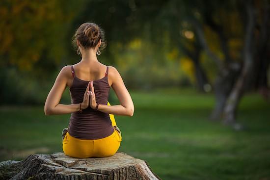Donna che pratica la meditazione
