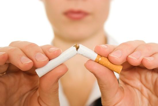 Donna con sigaretta rotta