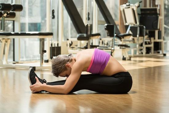 Donna che pratica stretching