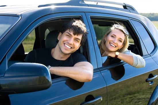 Coppia in auto condivisa