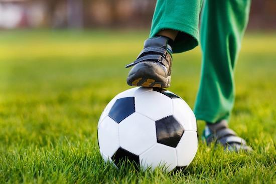 Piedi bambino con pallone da calcio