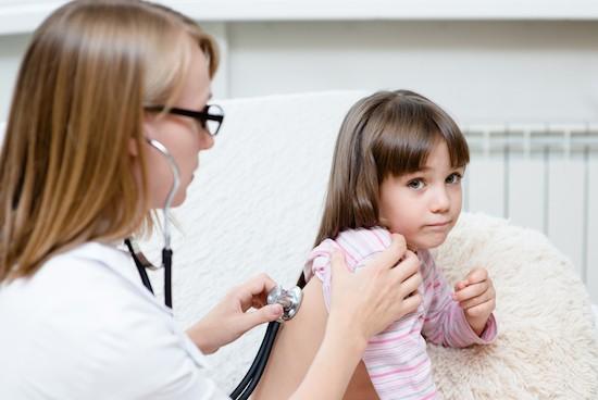 Bambina visitata dalla pediatra