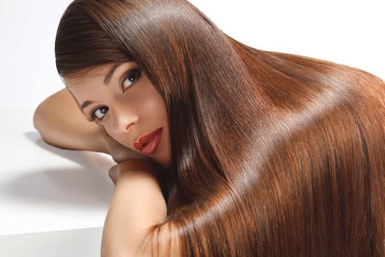 Donna con i capelli lisci