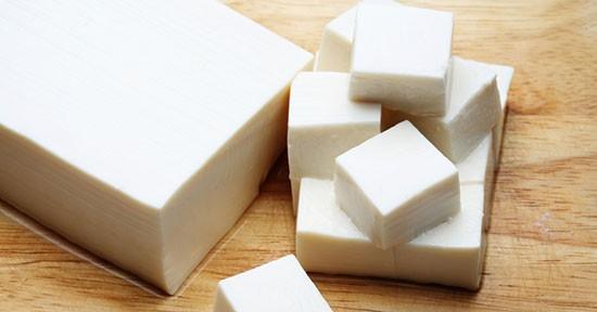 Grazie al suo ridotto contenuto di calorie il tofu è un alimento perfetto da inserire nel contesto di una dieta dimagrante.