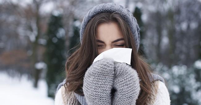 Donna con raffreddore da freddo