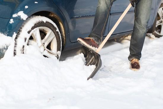 Pala per la neve vicino all'auto