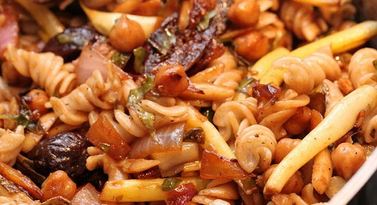 Pasta with figs, radicchio and chick peas