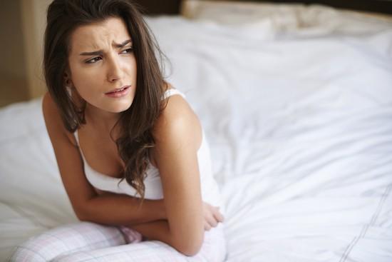 Donna con dolore addome
