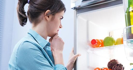 Donna al frigorifero