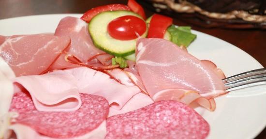 Esistono 3 varietà di prosciutto cotto: il prosciutto cotto, il prosciutto cotto scelto e quello di alta qualità.