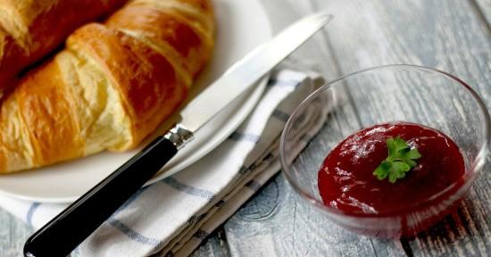 La marmellata di ciliegie è ottima da spalmare sul pane al mattino.