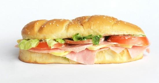 Un panino al prosciutto cotto può costituire un pasto completo.