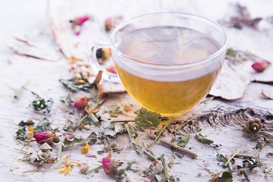 Tè caldo su tavolo di betulla
