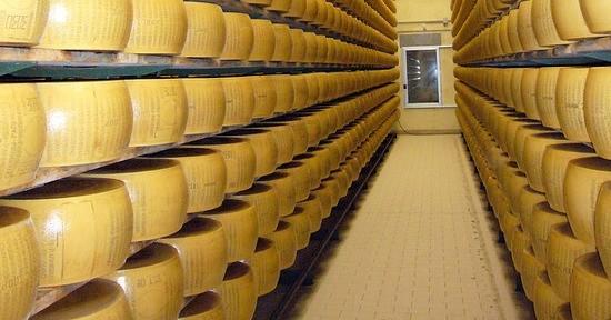 Come viene prodotto e stagionato il parmigiano