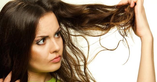 Ragazza con i capelli crespi