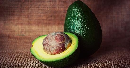L'avocado è un frutto ricco di acidi grassi monoinsaturi