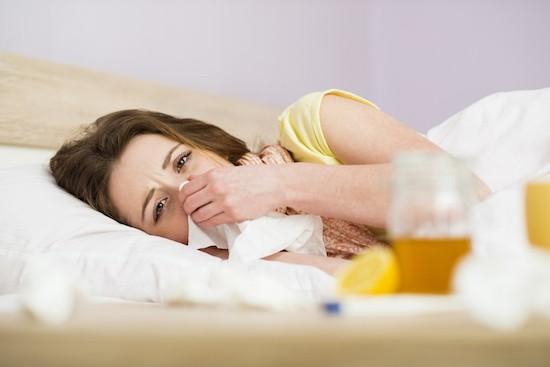 Donna malata a letto con febbre