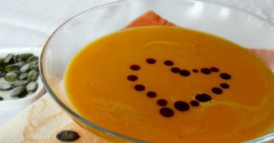 La vellutata di zucca è una ricetta leggera e salutare in cui impiegare al meglio questo ortaggio
