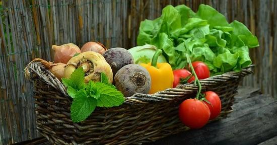 Il merluzzo si presta a essere condito con pomodori e verdure di stagione.