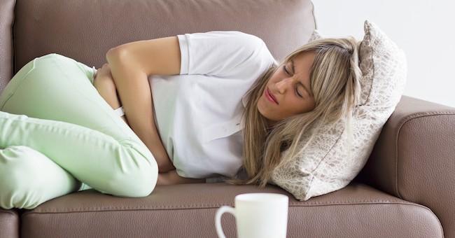 Donna con dolore allo stomaco