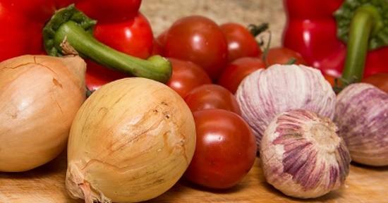 Per preparare le peperonata sono necessari: peperoni, aglio, cipolla e olio extravergine d'oliva.