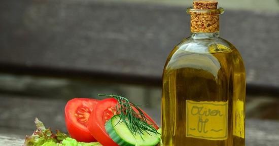 Bastano pochi ingredienti per portare in tavola la platessa, è sufficiente cuocerla al vapore condirla con un filo d'olio a crudo