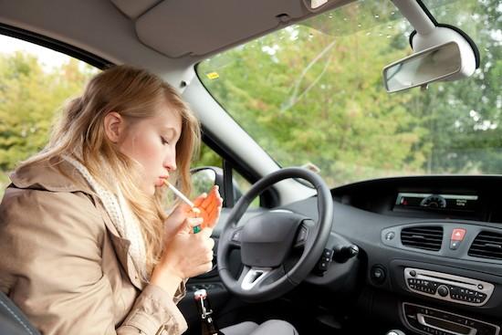 Ragazza fuma in auto