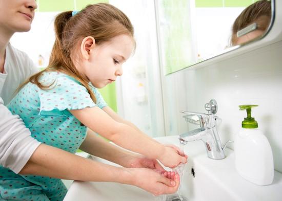 Madre lava le mani alla figlia