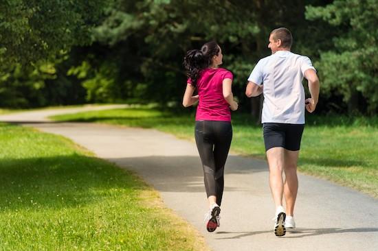 Coppia che fa jogging