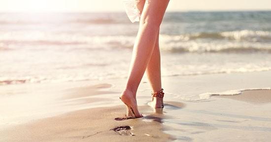 Piedi nudi in spiaggia