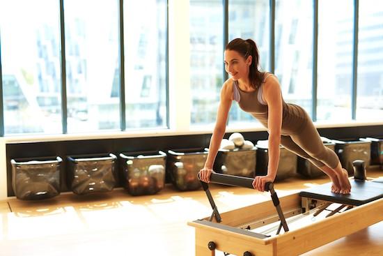 Pilates, donna in sala d'esercizio