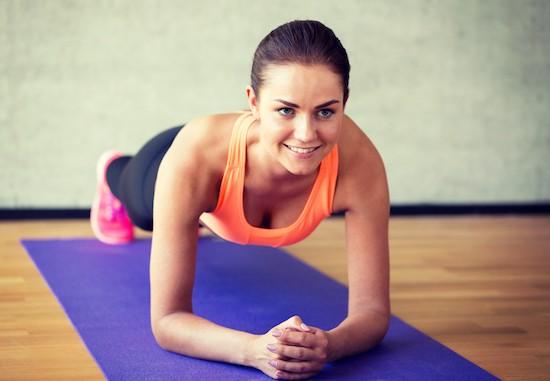 Pilates Matwork, ragazza si esercita