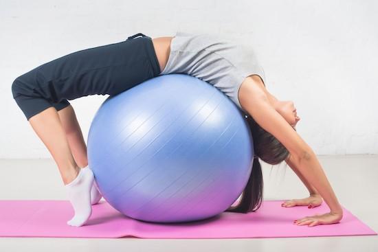 Pilates, esercizio con la palla