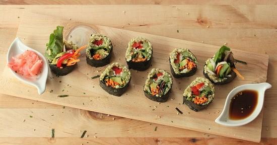 La salsa di soia viene impiegata tipicamente per insaporire il sushi e il sashimi.