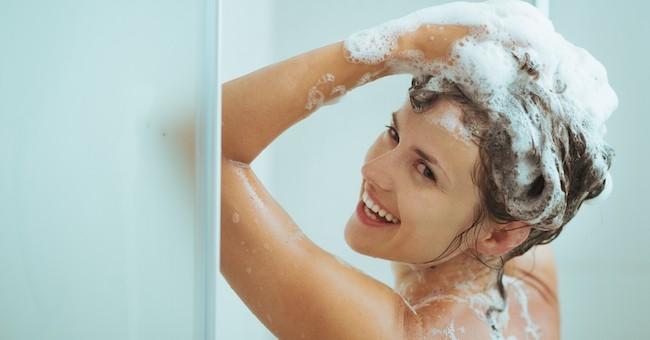 Donna fa lo shampoo