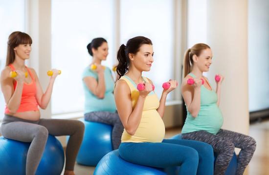 Pilates in gravidanza con manubri