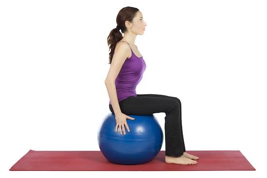 Donna seduta su palla Pilates