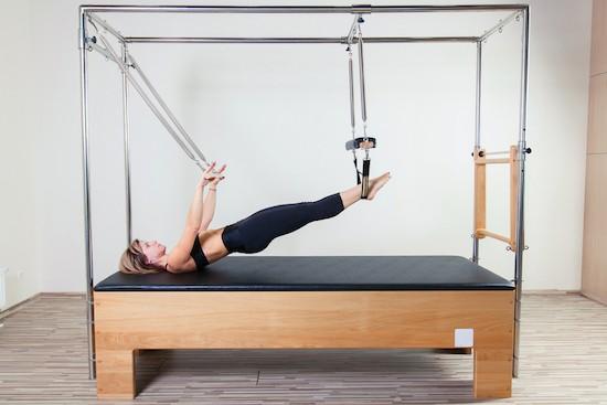 Pilates donna utilizza Cadillac