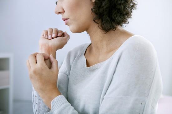 Donna con dermatite, prurito