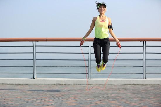 Donna che salta la corda