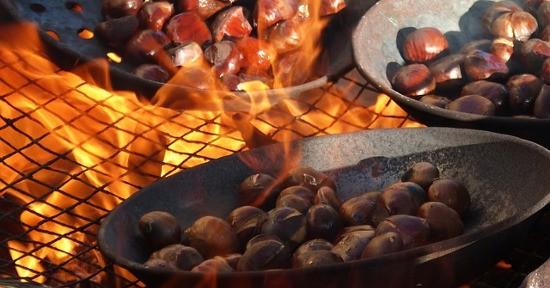 Le caldarroste sono una squisitezza da gustare nella stagione autunnale.